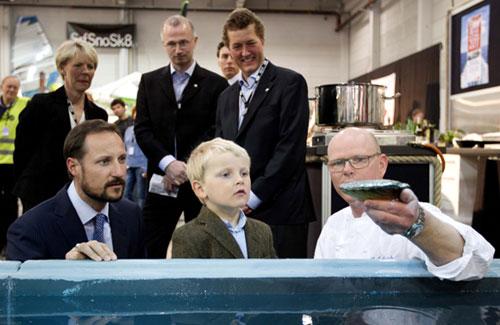 Haakon de Noruega enseña el oficio de príncipe a Sverre Magnus