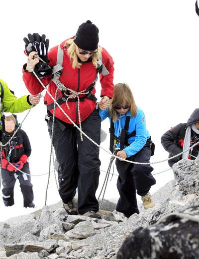 La princesa Mette-Marit corona con sus hijos la montaña más alta de Noruega