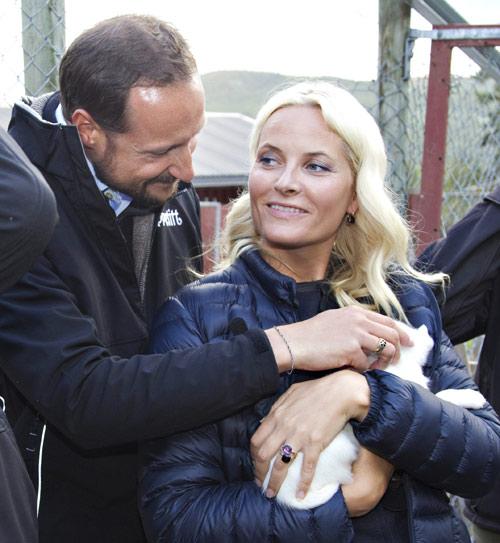 La princesa Mette-Marit recupera poco a poco la sonrisa tras haber perdido a un familiar en los atentados de Oslo