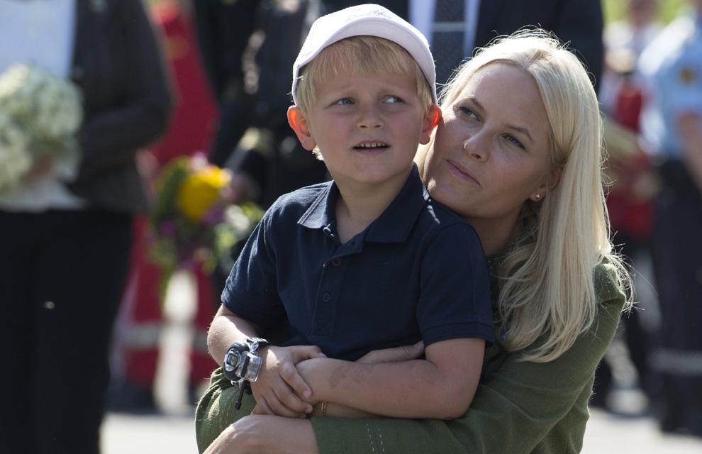 Los príncipes Ingrid Alexandra y Sverre Magnus no se separan de mamá... ni de papá