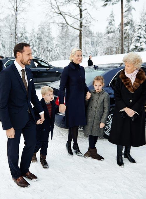 Los príncipes Haakon y Mette-Marit, del frío de Noruega al sol del Caribe