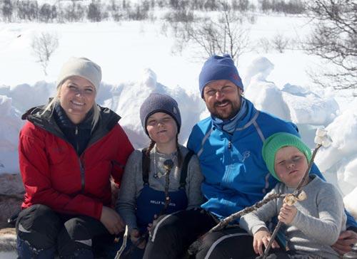 Haakon y Mette-Marit de Noruega y sus hijos, como una familia corriente en la nieve