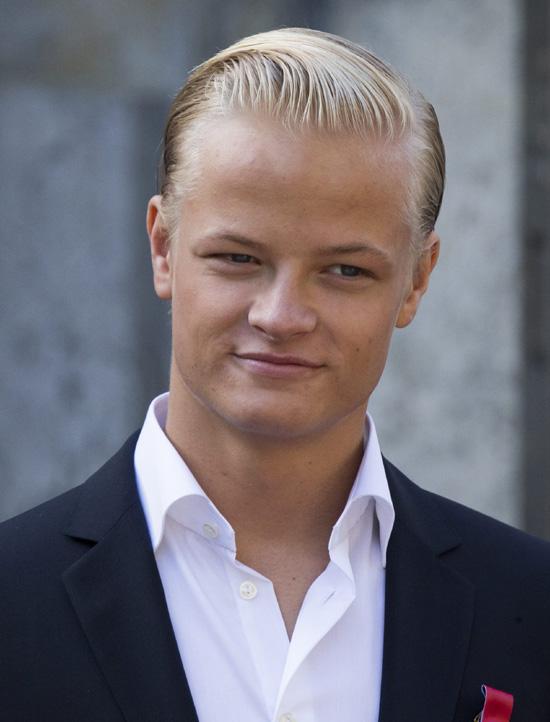 Un apuesto Marius deja el 'bunad' en Palacio en el Día Nacional de Noruega