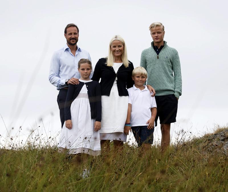 Mette-Marit de Noruega revoluciona la red con un vídeo de su hijo Marius practicando surf