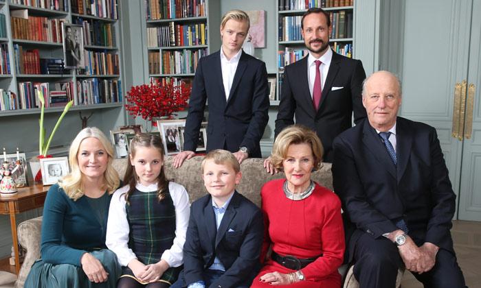 El color de la Navidad tiñe la felicitación de la Familia Real noruega
