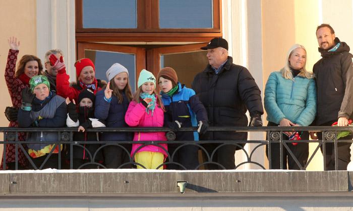 Esquí, deslizamiento sobre hielo o disparo láser... ¡La divertida yincana de la Familia Real noruega!