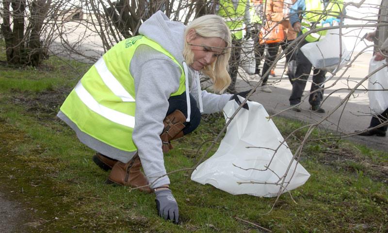 ¡Manos a la obra! Sonia y Mette-Marit de Noruega, basureras por un día