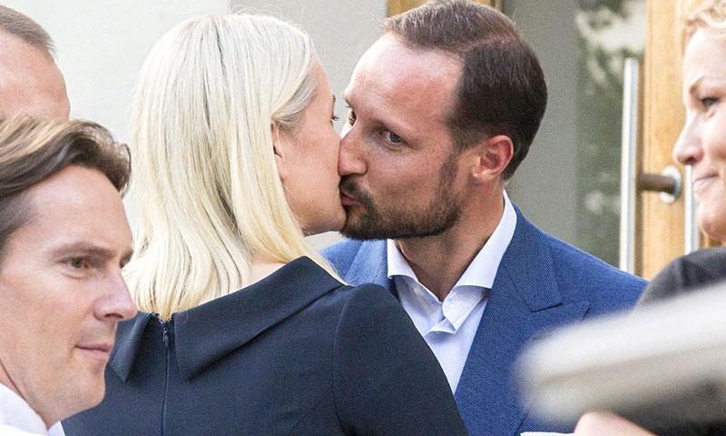 El beso de Mette-Marit a Haakon de Noruega, un buen final con historia
