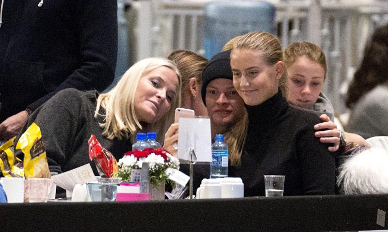 Marius Borg Hiby presenta a su novia, Linn Helena Nilsen, en el Show del Caballo de Oslo