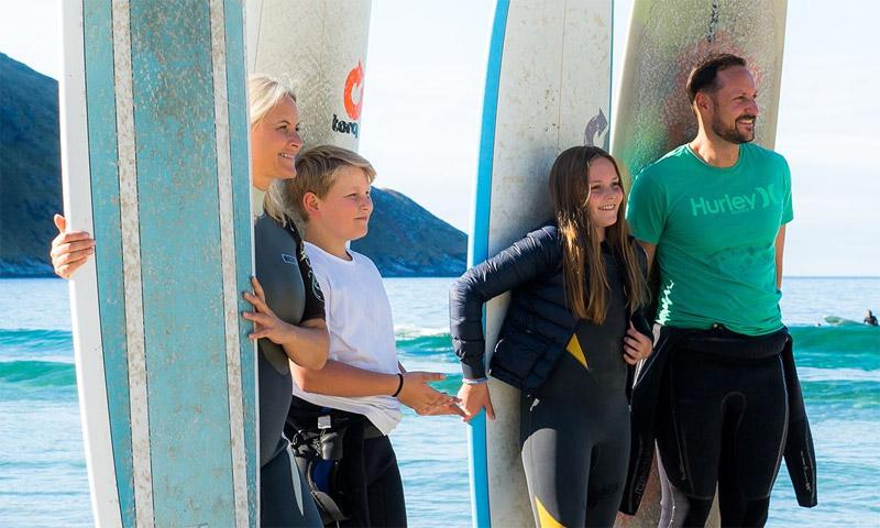 ¡Esta ola es mía! Haakon y Mette-Marit, unos surfistas que se resisten al otoño