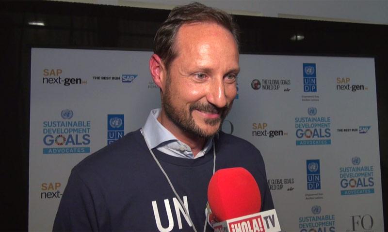 Haakon de Noruega debuta como árbitro de fútbol y cuenta a ¡HOLA! TV su experiencia