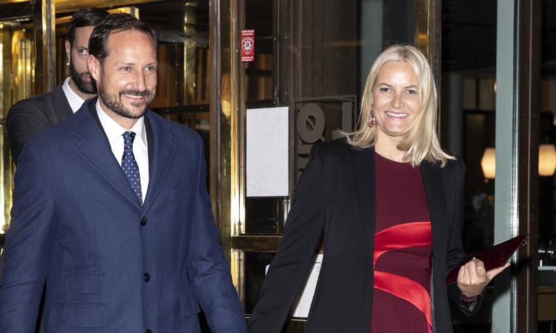 ¡Radiante y muy sonriente! Mette-Marit de Noruega, noche en el teatro junto al príncipe Haakon