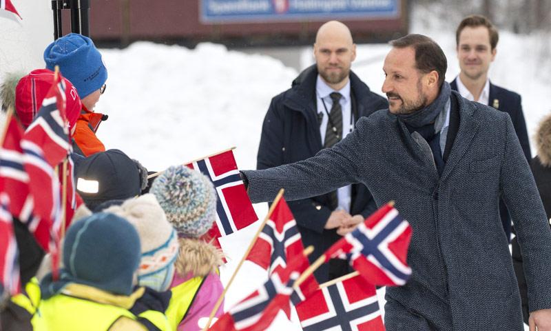 Haakon de Noruega acepta el reto y salta por los aires