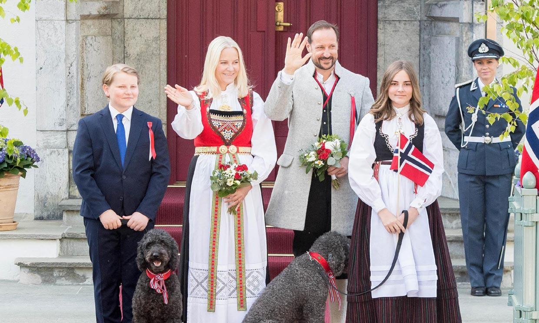 Flores, banderas y traje regional: las imágenes de Haakon y Mette-Marit de Noruega con sus hijos y sus mascotas