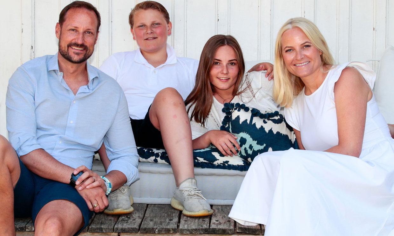 El posado de verano de Haakon y Mette-Marit de Noruega y sus hijos