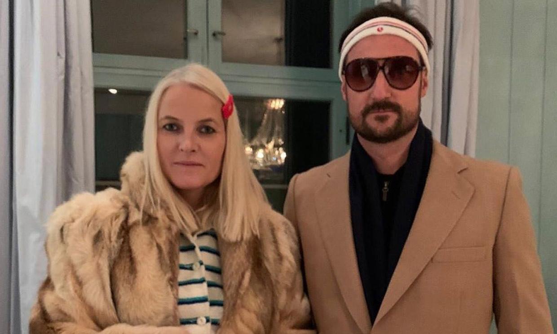 Haakon, Mette Marit y el guiño a Gwyneth Paltrow en su debut en la noche más terrorífica del año