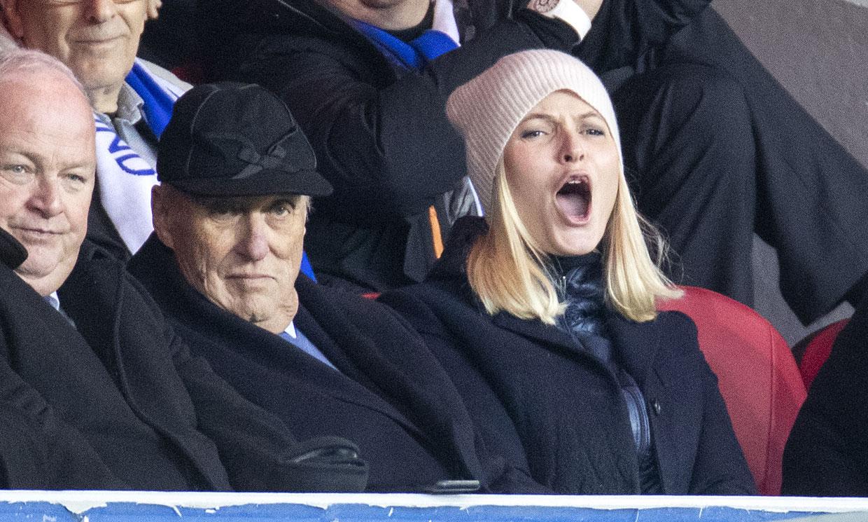 El rey Harald y la princesa Mette-Marit de Noruega, dos entusiastas futboleros en la grada