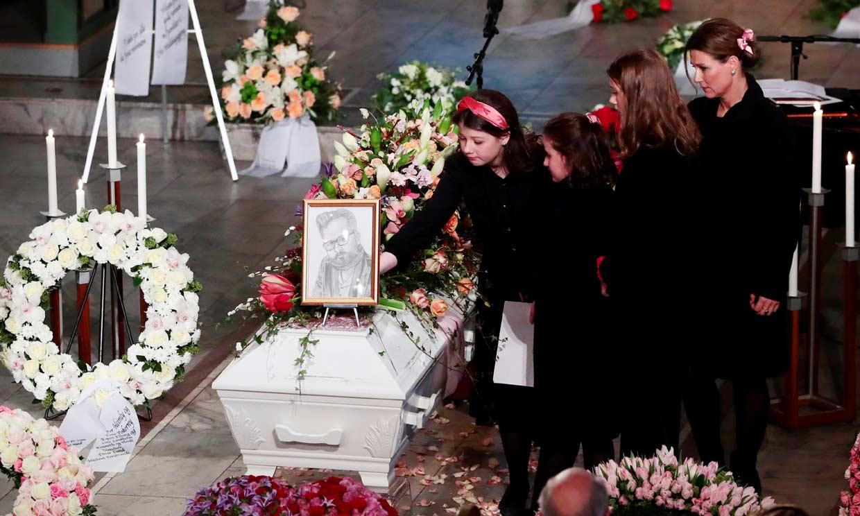 Marta Luisa de Noruega y sus hijas despiden a Ari Behn arropadas por toda la Familia Real