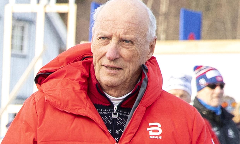 En una competición de esquí y de muy buen humor, Harald de Noruega reaparece tras su último achaque