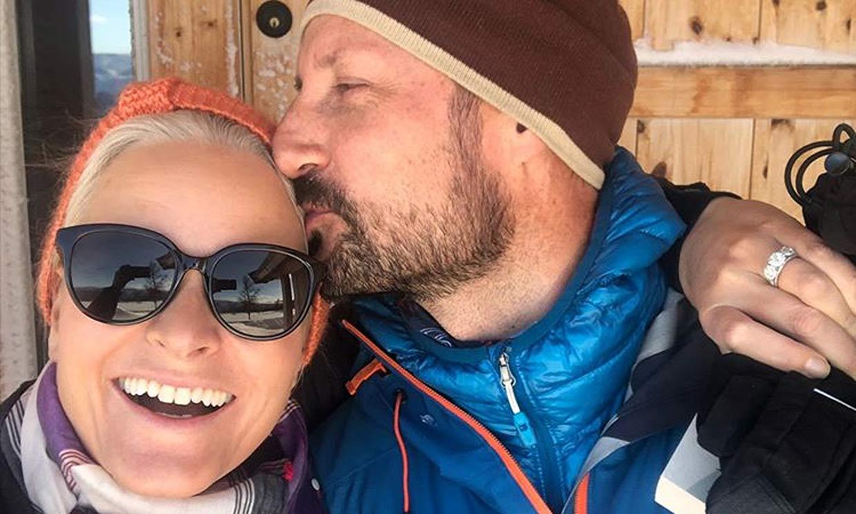 Mette-Marit y Haakon de Noruega, como dos enamorados más en su escapada a la nieve