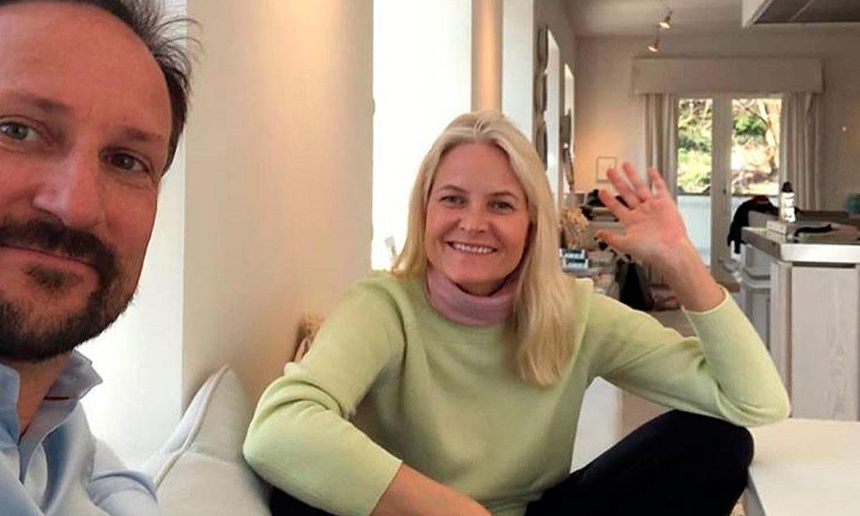 Trabajando desde casa, tejiendo y en familia: así pasan Mette-Marit y Haakon de Noruega estos días