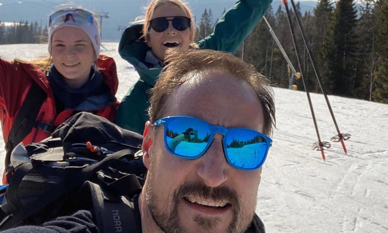 Haakon y Mette Marit de Noruega disfrutan de unas vacaciones en la nieve pero cumpliendo las normas