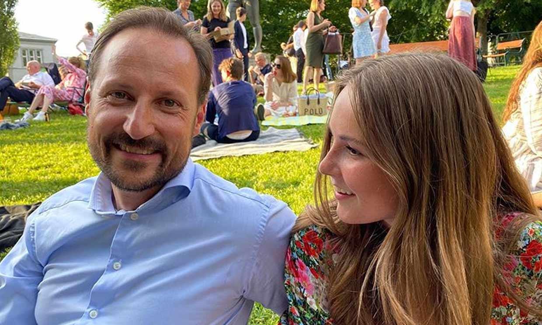 Unos orgullosos Haakon y Mette-Marit de Noruega felicitan a su hija por el final de una etapa escolar