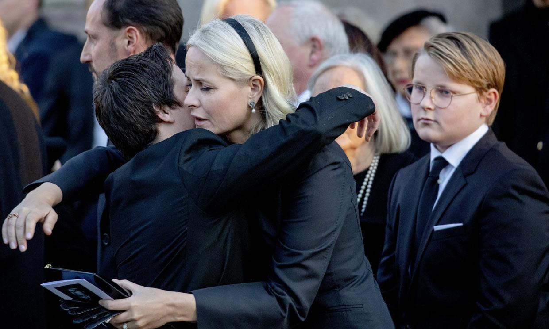 Duro golpe para Mette Marit de Noruega: dice adiós a un ser muy querido por ella y por su madre