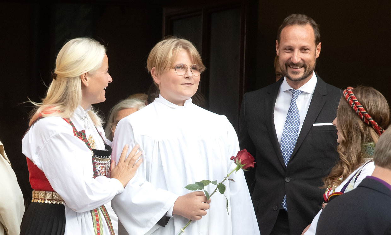 Sverre Magnus de Noruega recibe la confirmación ante una emocionada Mette Marit y con pocos invitados