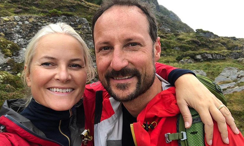 Haakon de Noruega, el mejor 'modelo' para Mette Marit en su excursión a las montañas