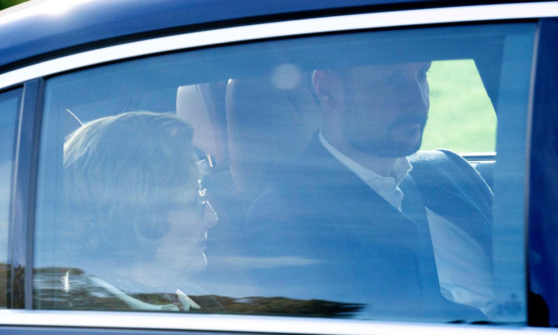 Sonia y Haakon de Noruega visitan al rey Harald en el hospital tras su intervención cardíaca