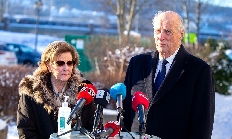 Harald, Sonia y Haakon de Noruega, volcados con las víctimas de un corrimiento de tierra