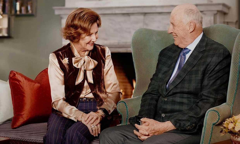 Harald y Sonia de Noruega celebran 30 años de reinado con un posado de lo más hogareño