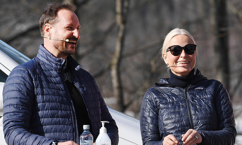 Haakon y Mette-Marit acuden conjuntados y cómplices a su primer acto presencial este año