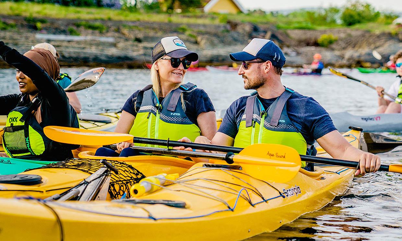 Chaleco, remo y kayak: a Haakon y Mette-Marit de Noruega nos les falta detalle en su última aventura