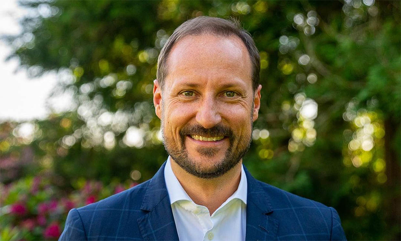 El curioso 'retrato real' de Haakon de Noruega por su 48 cumpleaños... ¡en traje de neopreno!