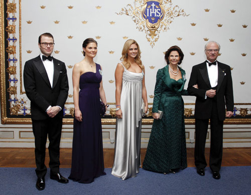 Las damas de la Familia Real sueca se visten de elegancia para asistir a una cena de gala en el Palacio Real de Estocolmo