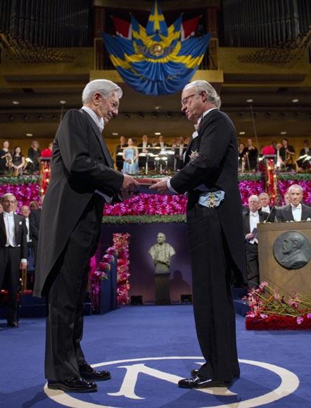 Mario Vargas Llosa recibe 'en español' el premio Nobel de Literatura