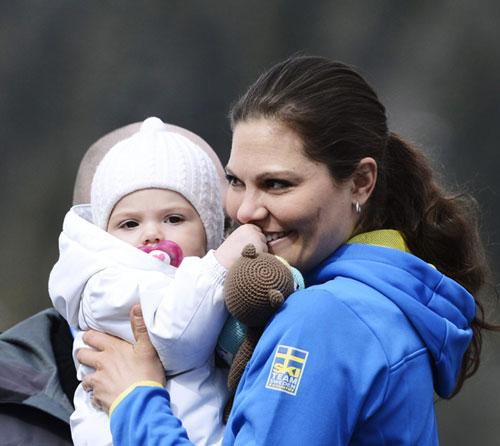 La princesa Estelle anima a Suecia en el campeonato de esquí