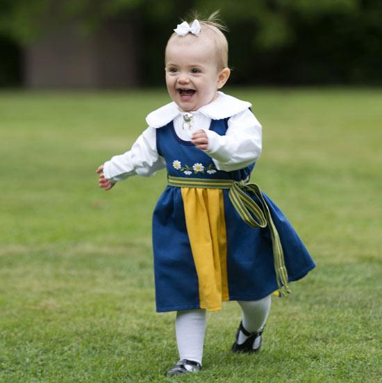 La princesa Estelle y su inseparable león de peluche se convierten en protagonistas del Día Nacional de Suecia