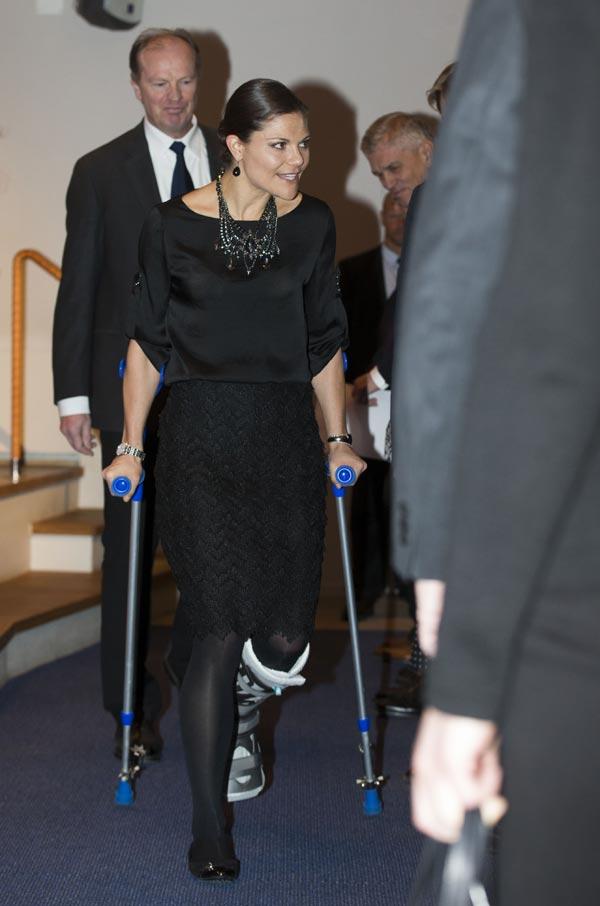 Victoria de Suecia reaparece con muletas y bota ortopédica tras su accidente de esquí