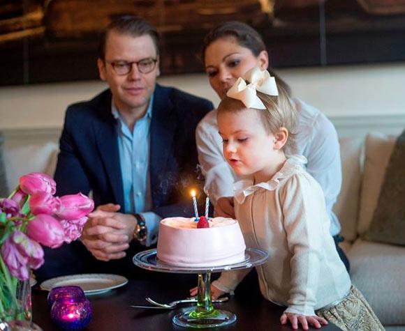 La feliz semana de la Familia Real sueca: la princesa Estelle cumple dos años mientras la princesa Magdalena y Chris O'Neill se llevan a casa a su hija