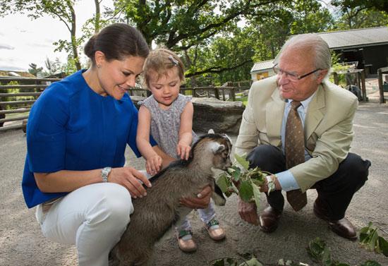 La princesa Estelle se divierte en el zoo con su madre y su abuelo