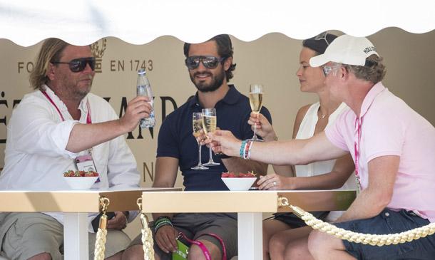 Carlos Felipe de Suecia y Sofia Hellqvist, con un sorbito de champán brindando por el nuevo amor