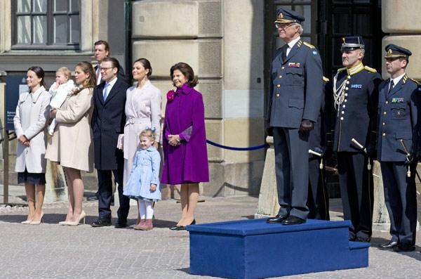 Sofía Hellqvist practica como mamá con su futura sobrina la princesa Leonore