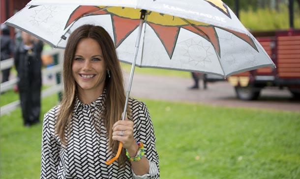 Sonrisas bajo la lluvia… Sofia de Suecia cautiva en su primer viaje como princesa