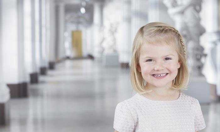 Estelle de Suecia, sonrisa tropical y melena sueca, en su último retrato