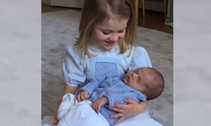 Estelle de Suecia posa por primera vez con su hermanito, el príncipe Oscar, ¡y son adorables!