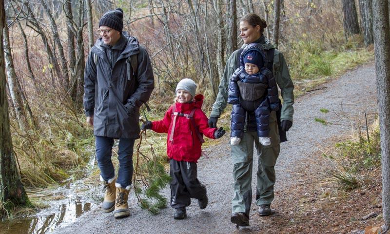 Vídeo: Oscar de Suecia felicita su primera Navidad con sus primeras risas