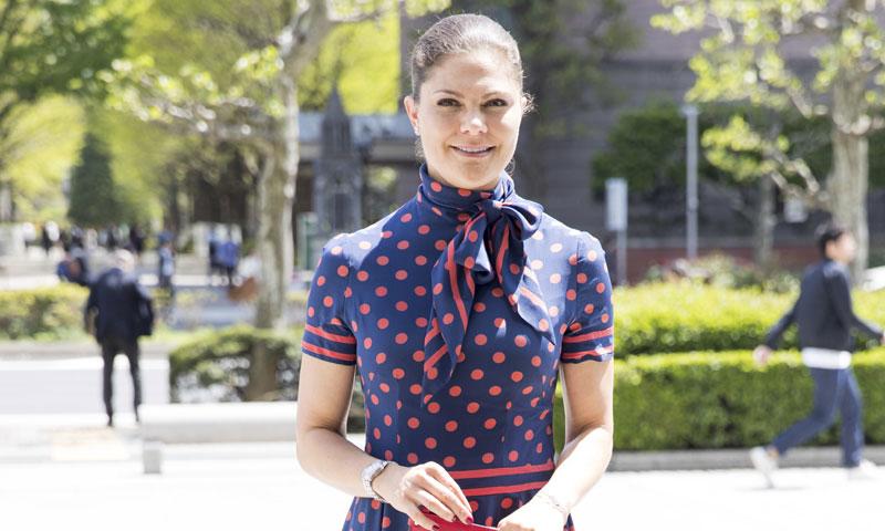 ¡Las 'royals' también tiran de armario! La princesa Victoria de Suecia recicla un vestido de su madre de 1970